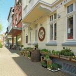 Wohnumgebung | gelbes Haus in Einkaufspassage